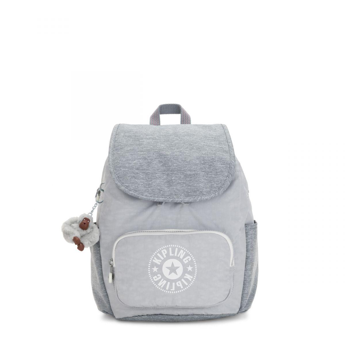 césped auricular diámetro  HANA S   Una mochila pequeña con un mono-llavero de pompón   Kipling ES